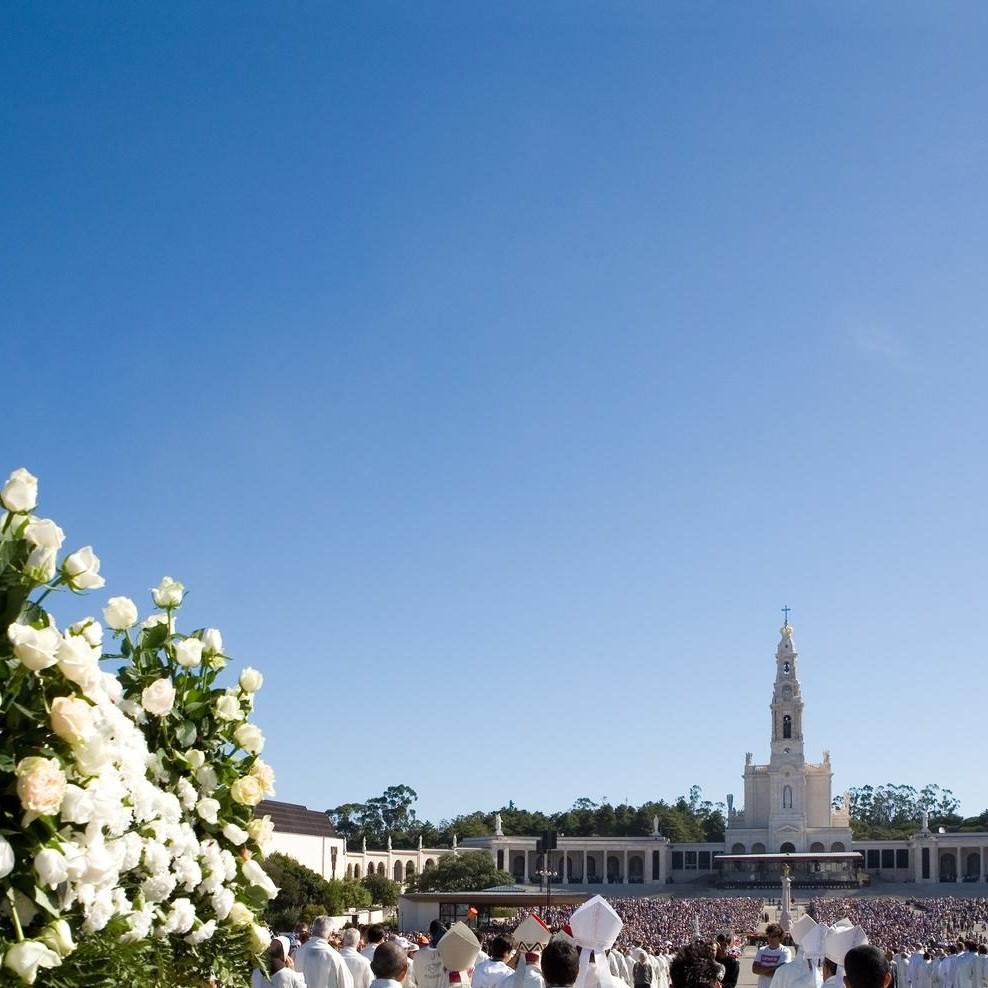 Pilgrims-at-the-Shrine-of-Fatima